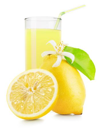 cocteles: vaso de jugo de lim�n aislado sobre fondo blanco. Foto de archivo