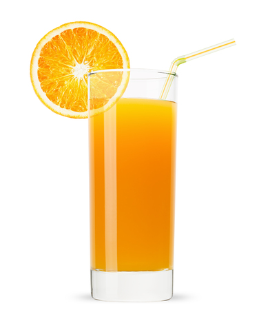cocteles: vaso de jugo de naranja aislada sobre fondo blanco.