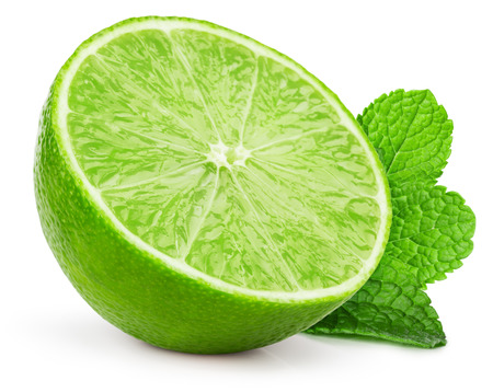menta: rodaja de lim�n con hojas de menta aislados en el fondo blanco.