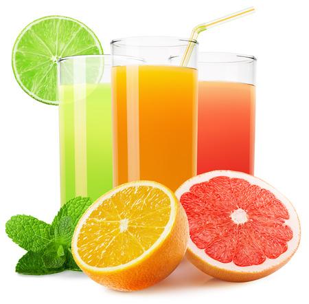 vaso de jugo: la mezcla de jugos de frutas aislados en el fondo blanco. Foto de archivo
