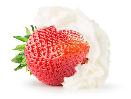 白い背景に分離したホイップ クリームとイチゴ。 写真素材