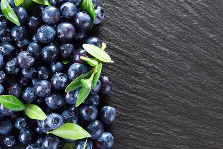 スレートのテーブルの上のブルーベリー。 写真素材