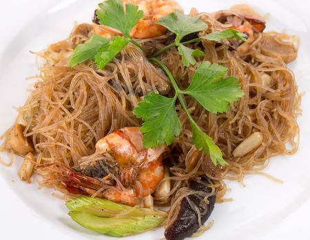 thai noodles with shrimps.
