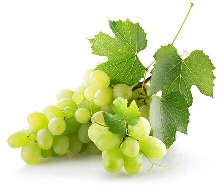 raisins verts isolés sur fond blanc.