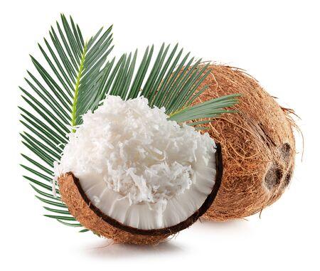 Kokos mit Blättern und Kokosflocken isoliert auf weißem Hintergrund.