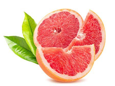 grapefruit met plakjes geïsoleerd op een witte achtergrond.