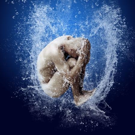naked man: Gotas de agua alrededor de hombres bajo el agua sobre fondo azul