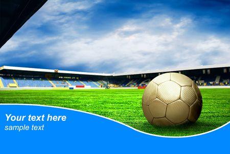 Ball op het gebied van het stadion met de blauwe lucht en voorbeeld tekst  Stockfoto