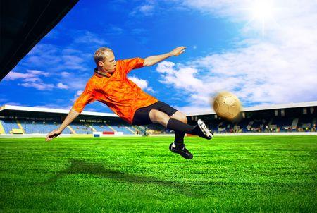Joueur de football du bonheur après objectif sur le terrain du stade avec ciel bleu Banque d'images - 7768524