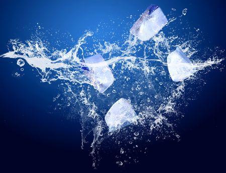 fr�chte in wasser: Eis in Wassertropfen auf dem blauen Hintergrund  Lizenzfreie Bilder