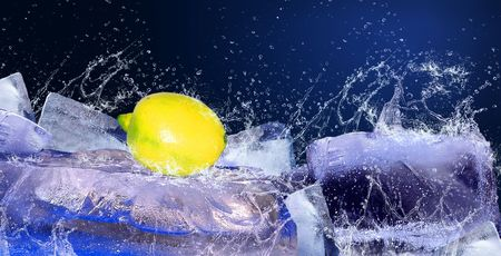 cidra: Gotas de agua alrededor de citron sobre el hielo