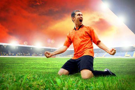 jugadores de futbol: Jugador de f�tbol americano de felicidad despu�s de gol en el campo del estadio con cielo azul