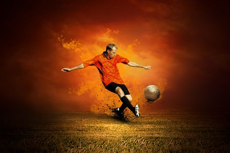 jugadores de futbol: Jugador de f�tbol en el campo y el fuego