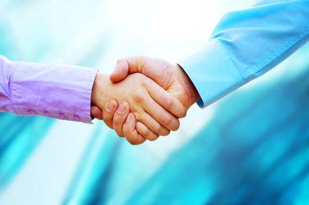 Schudden handen van twee mensen uit het bedrijfsleven