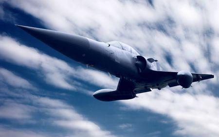 Avión militar en el cielo azul