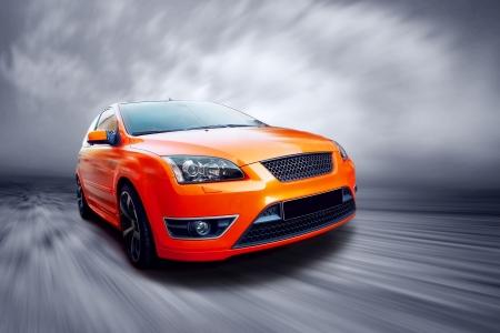 shiny car: Mooi oranje sport auto op weg