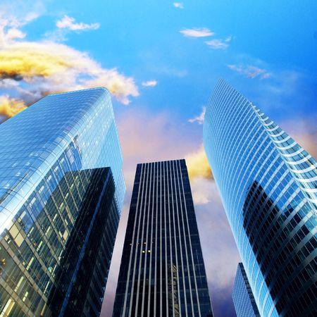 empresas: Oficina de moderno rascacielos en el soleado cielo hermoso