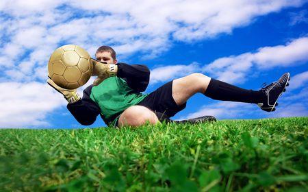 arquero: Salto de goalman de f�tbol en el campo al aire libre  Foto de archivo