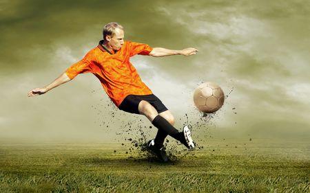 fuball spieler: Schie�en der Football-Spieler auf dem Feld outdoors
