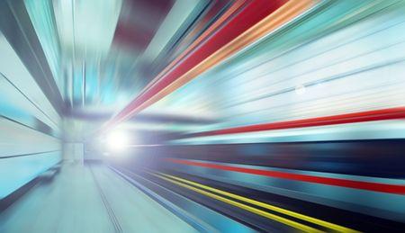 tunnel di luce: Treno sulla velocit� in stazione ferroviaria  Archivio Fotografico