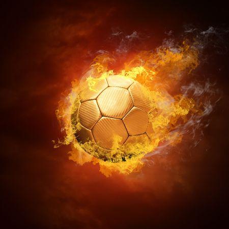Balón de fútbol caliente sobre la velocidad en llamas de incendios  Foto de archivo