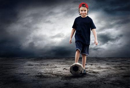 cancha deportiva futbol: Jugador de fútbol y bola de grunge en el fondo de grunge retro  Foto de archivo