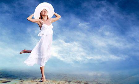 Junge schöne Frauen im weiss mit Pareo auf dem blauen Himmel Hintergrund  Standard-Bild - 8171974