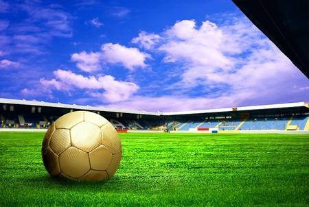 Jugador de fútbol de felicidad después de gol en el campo del estadio con cielo azul Foto de archivo