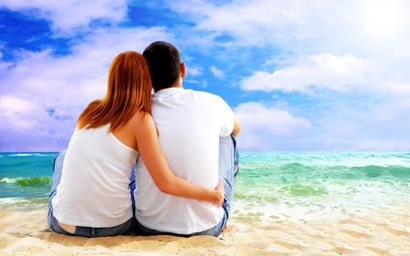 Vista al mar de una pareja sentada en la playa. Foto de archivo - 8338922