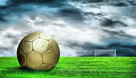 Balón de fútbol sobre fondo verde de césped y cielo