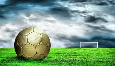 Voet bal op groene gras en hemel achtergrond