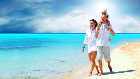 familia viaje: Vista de la familia joven feliz que se divierten en la playa