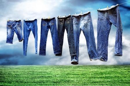 prádlo: Džíny na prádelní šňůru sušit Reklamní fotografie