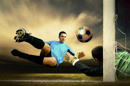 goal keeper: Shoot van voetballer en doel man