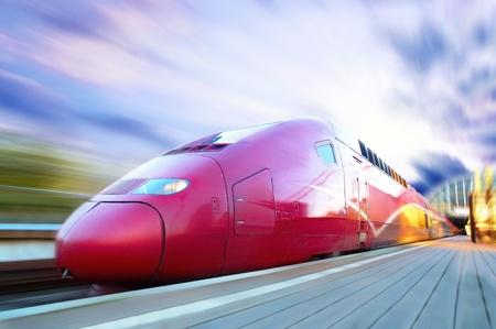 Train à grande vitesse avec motion blur en plein air
