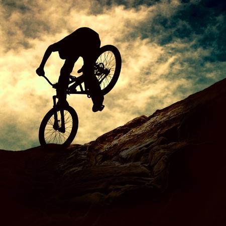 ciclismo: Silueta de un hombre en bicicleta de cerros, puesta de sol