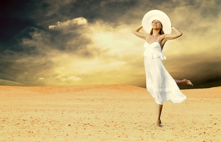 desierto: Mujeres hermosas j�venes en blanco, relajaci�n en desierto soleado