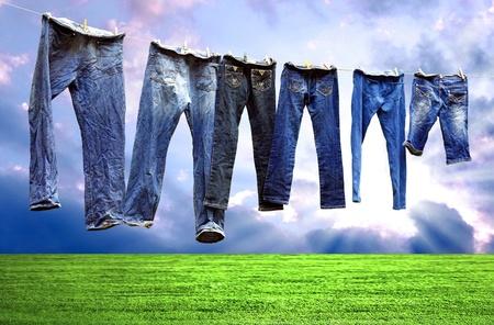 varal: Jeans em um varal para secar Banco de Imagens