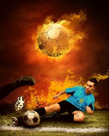 campo di calcio: Giocatore di calcio in fiamme degli incendi sul campo all'aperto Archivio Fotografico