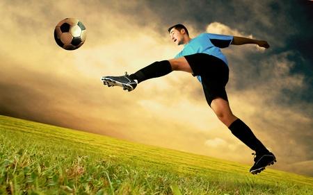 fuball spieler: Fr�hlichkeit Fu�ballspieler auf Feld Olimpico Stadium bei Sonnenaufgang sky