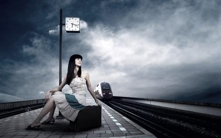 estacion tren: Chica espera tren en la plataforma de la estaci�n de ferrocarril