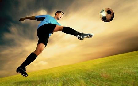 Jugador de fútbol de felicidad en el campo del Estadio Olímpico en el cielo del amanecer Foto de archivo