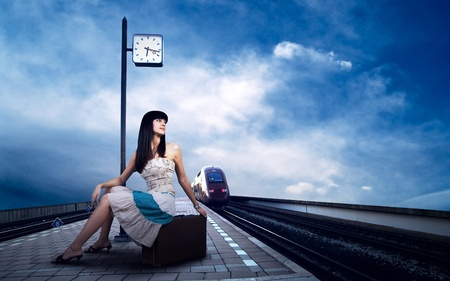 estacion de tren: Chica en espera del tren en la plataforma de la estaci�n de tren Foto de archivo