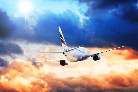 avion de chasse: Avion ? la mouche sur le ciel avec des nuages