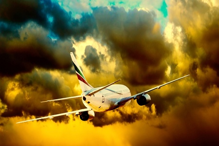 avion de chasse: Silhouette de l'avion sur ciel coucher de soleil