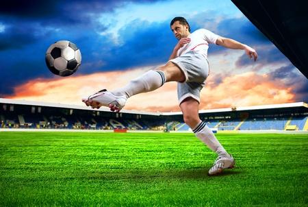 futbolista: La felicidad jugador de fútbol tras el gol en el campo del estadio con el cielo azul Foto de archivo