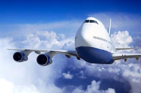 gravedad: Avión en vuelo en el cielo con nubes Foto de archivo