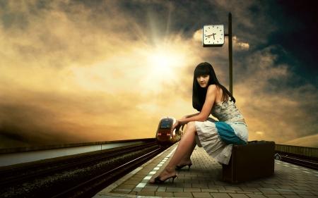 estacion de tren: Chica en espera del tren en el andén de la estación de tren