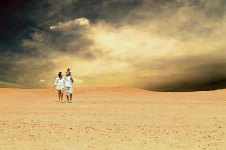 La felicidad diversión de la familia en el desierto en el día soleado