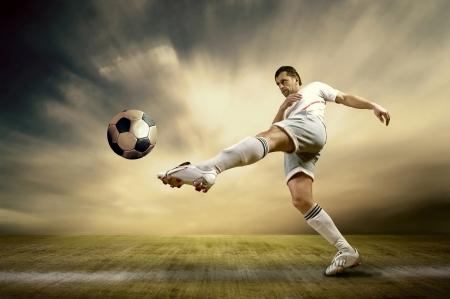 야외 필드에 축구 선수의 촬영 스톡 콘텐츠